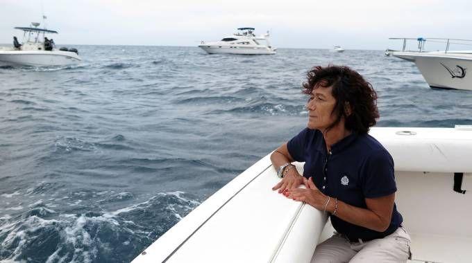 La madre di Maurizio Zanzani guarda il mare durante il funerale del figlio (Bove)