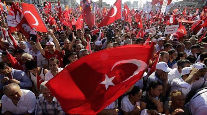 Manifestazione a piazza Taksim contro il golpe (Ansa)