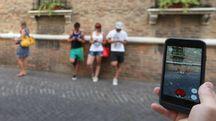 CACCIA IN CENTRO Un pokémon appare davanti alla tomba di Dante (foto di repertorio)