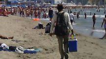 Abusivi con la borsa frigo in spiaggia