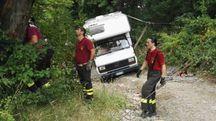 I vigili del fuoco in azione nella strada tra Savigno e Merlano (Mignardi)