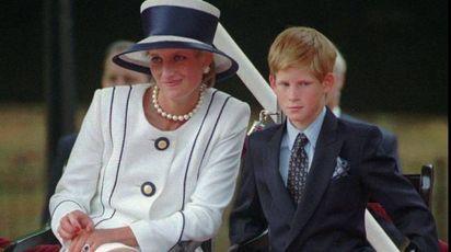 Il principe Harry giovanissimo con la madre Diana (Ansa)