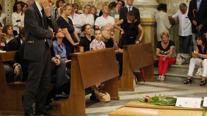 I funerali a Bagnone dove una folla di 500 persone ha partecipato per l'ultimo saluto