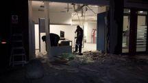 Castelferretti, sfondano la vetrina della Unicredit con un carro attrezzi (Foto Pascucci)