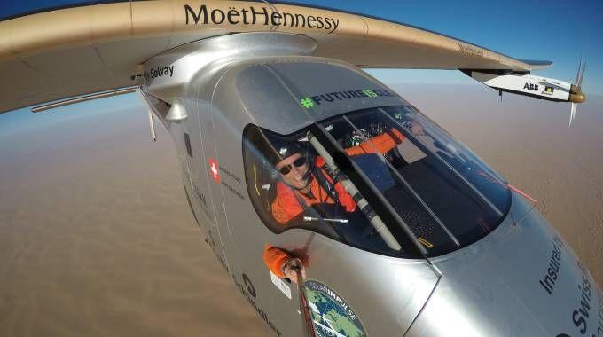 Bertrand Piccard pilota il Solar Impulse 2 (Afp)