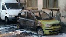 La Panda incendiata in via Silvio Pellico (foto: vigili del fuoco)
