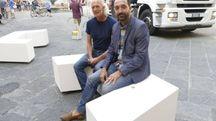 L'assessore Valerio Barberis sulle nuove panchine di piazza del Comune