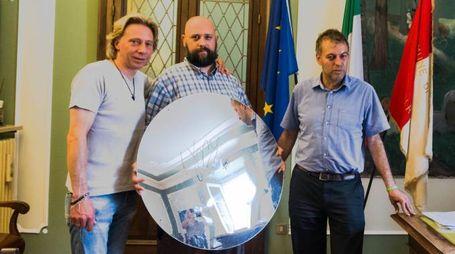 La  consegna dello specchio autografato da Vasco Rossi con  Ezio Bianchi e il sindaco Spada (N.P.)