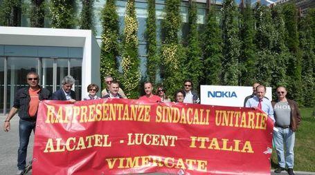 Una manifestazione davanti alla Nokia