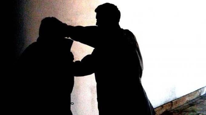 Nell'immagine un episodio di bullismo  per strada