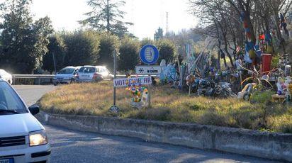 La stravagante esposizione sulla strada (foto Calavita)