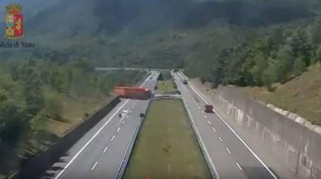 Tir fa inversione sull'autostrada A15
