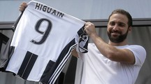 Torino, Gonzalo Higuain mostra ai tifosi la nuova maglia (Afp)