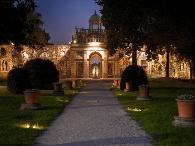 La suggestione di una passeggiata notturna (foto di Alessandro Pessina)