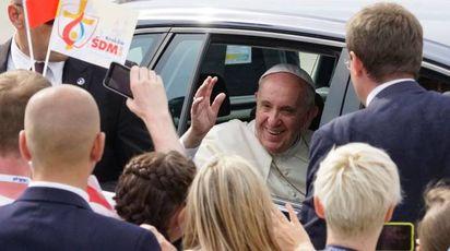 Bagno di folla per Papa Francesco a Cracovia (Afp)