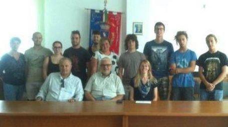 Gli organizzatori con, al centro, in camicia bianca, l'assessore Salvini
