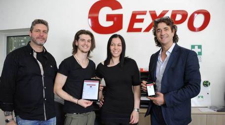 Luciano Panarelli e il figlio Andrea (primi due a sinistra) con i responsabili dell'azienda Gexpo che li sta sostenendo