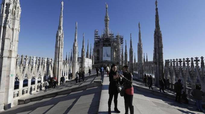 Turisti, di giorno, sul tetto del Duomo