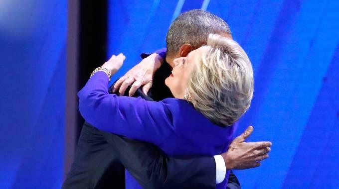 Obama abbraccia Hillary Clinton (AFP)