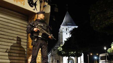 Controlli della polizia dopo l'attentato in Normandia (Ansa)