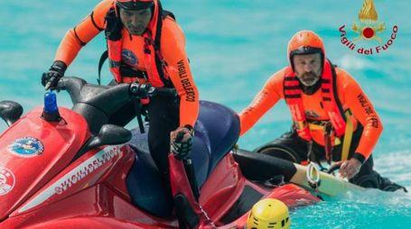 Un salvataggio in mare dei vigili del fuoco