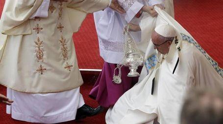Papa Francesco cade durante la messa (Ansa)