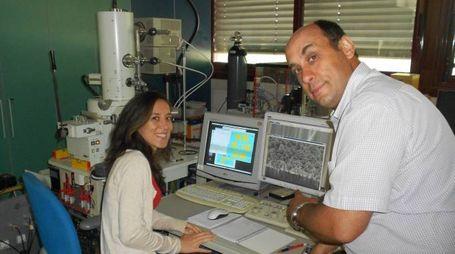 Elisabetta Dimaggio e Giovanni Pennelli al lavoro nel Laboratorio di Nanotecnologie, dipartimento di Ingegneria dell'Informazione, Università di Pisa.