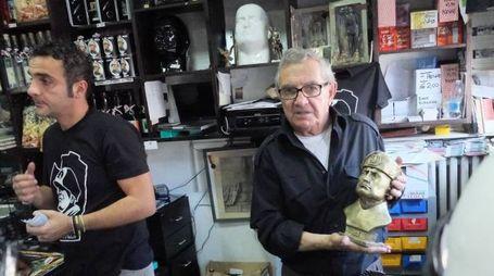 Un negoziante di Predappio mostra il busto del duce
