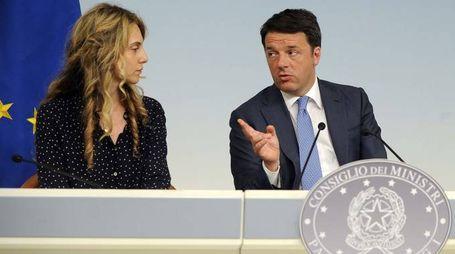 Il premier Renzi e il ministro Madia in conferenza stampa (LaPresse)