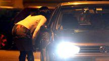 Una prostituta contratta il prezzo di una prestazione (foto d'archivio)