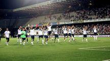 L'esultanza del Cesena a fine partita sotto la Curva Mare che ha applaudito il debutto interno stagionale