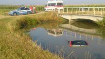 L'auto immersa nel canale a Novellara