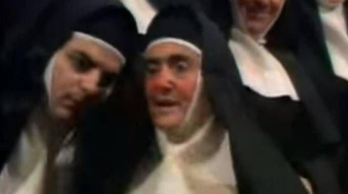 Anna Marchesini nei panni della madre Badessa