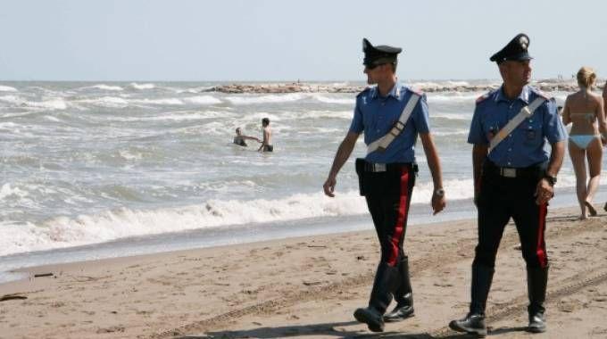 Carabinieri in spiaggia (foto Santini)
