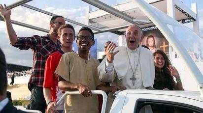 Papa Francesco a Cracovia fa salire alcuni giovani sulla Papamobile (Lapresse)