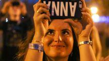 Una ragazza sorridente con lo smartphone (Olycom)