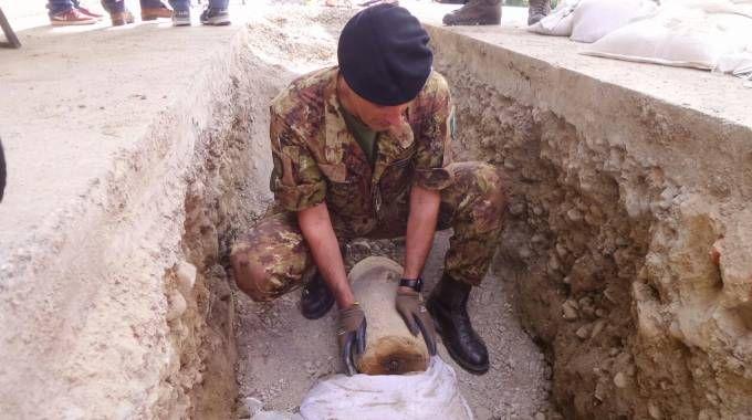 La bomba da rimuovere (foto Acerboni/FotoCastellani)