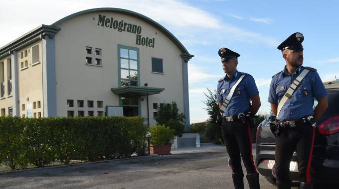 Omicidio di San Pietro in Casale, i carabinieri all'ingresso dell'hotel (Schicchi)