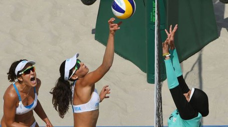 Italy's Marta Menegatti (C) returns the ball to during the women's beach volleyball qualifying match between Italy and Egypt at the Beach Volley Arena in Rio de Janeiro on August 9, 2016, for the Rio 2016 Olympic Games. / AFP PHOTO / Yasuyoshi Chiba