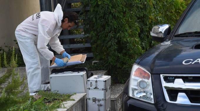 Gli investigatori dei carabinieri  a San Pietro in Casale