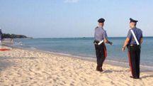 Carabinieri in pattugliamento sulla spiaggia (Foto archivio)