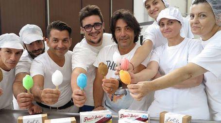 11-08-16 Santarcangelo di Romagna - gelato la bomba snack ghiacciolo - lo staff in posa con il prodotto principale e i due soci - photo Petrangeli
