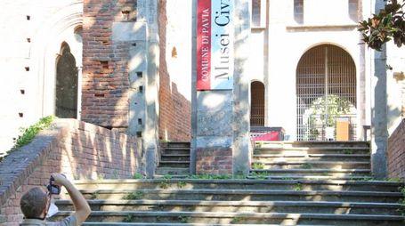 Un turista fotografa l'ingresso dei Musei civici della città (Torres)