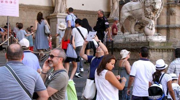 Turisti a Firenze (Umberto Visintini / New Press Photo)