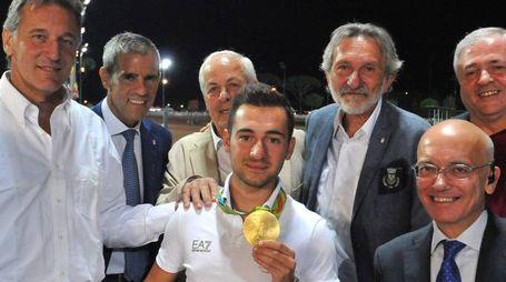 Gabriele Rossetti mostra la medaglia conquistata alle Olimpiadi