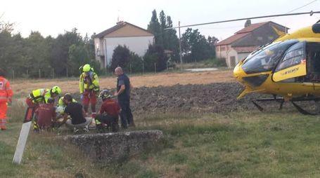 L'intervento dei sanitari e dei vigili del fuoco a Pilastri