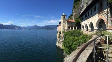 8. L'eremo di Santa Caterina del Sasso sul lago Maggiore