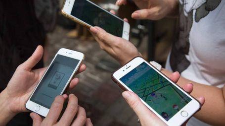 A caccia di Pokemon con il telefonino (Afp)