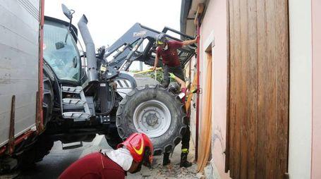Gambettola, il trattore finito dentro un'abitazione (Foto Ravaglia)