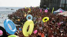 I bagnanti a Porto Venere per la piscina naturale (foto Frascatore)